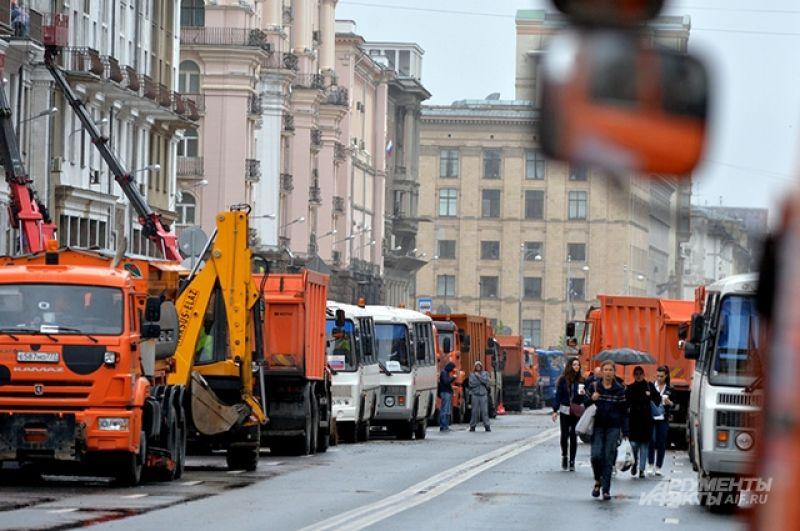 В прокладке коммуникаций на Тверской и 1-й Тверской-Ямской задействованы более 450 рабочих и свыше 160 единиц техники, в том числе 40 погрузчиков, 60 самосвалов и два экскаватора.
