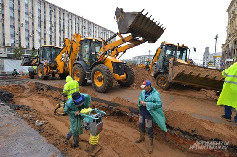 После того как трубы кабельной канализации будут проложены, траншею засыплют несколькими слоями песка. Каждый из них уплотнят, чтобы избежать в будущем просадок дорожного полотна. Для этих работ потребуется 450 кубических метров песка. Затем на слой песка в траншее уложат 107 кубометров бетонной смеси.