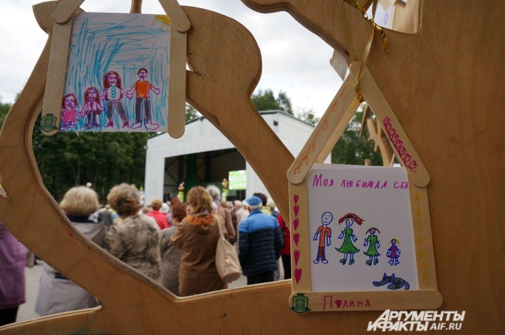 На Дереве любви можно было увидеть искренние и яркие рисунки детей