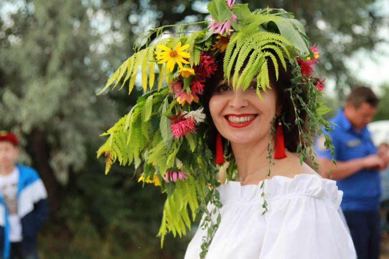 По древней традиции на Руси в Купальскую ночь девушки создавали из трав и других различных растений венки, которые считались наделенными особой силой, как и вся ночь на Ивана Купалу также считается волшебной.