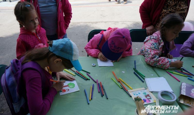 Маленькие гости праздника рисовали свои семьи. Рисунки потом помещали на Дерево любви.