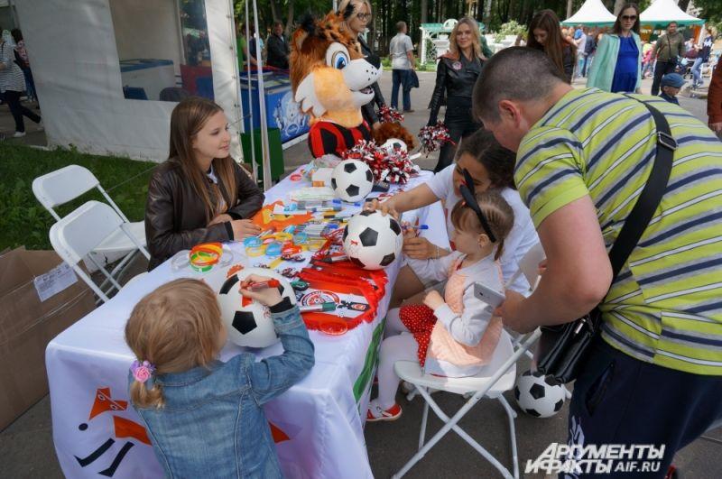 Малыши участвовали в благотворительной акции футбольного клуба «Амкар» и фонда «Берегиня». Они расписывали футбольные мячи и фотографировались с символом клуба, рысёнком Макаром.