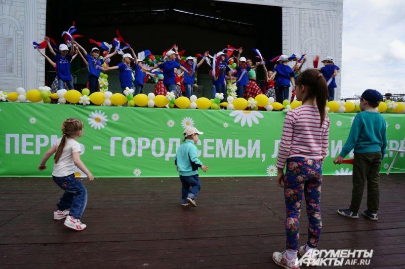 Дети с удовольствием танцевали под энергичную музыку