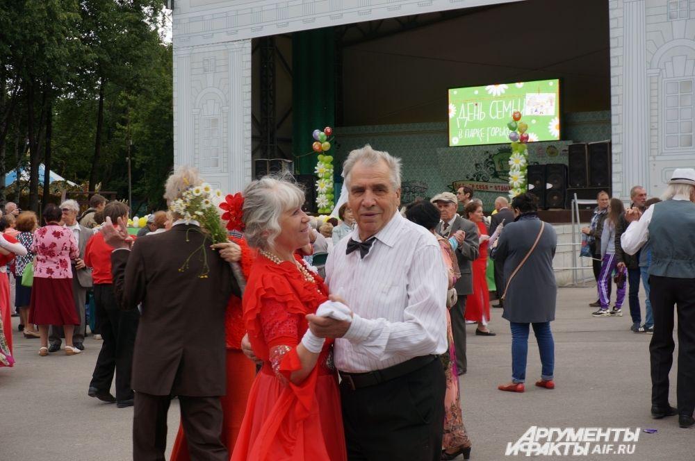Пожилые пары танцевали под современные песни и композиции прежних лет