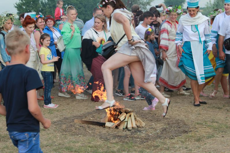 Если женщина отказывалась прыгать через костер или не смогла его перепрыгнуть, односельчане предполагали, что она ведьма.