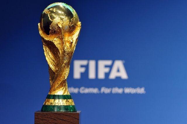 Кубок выполнен из золота и малахита.
