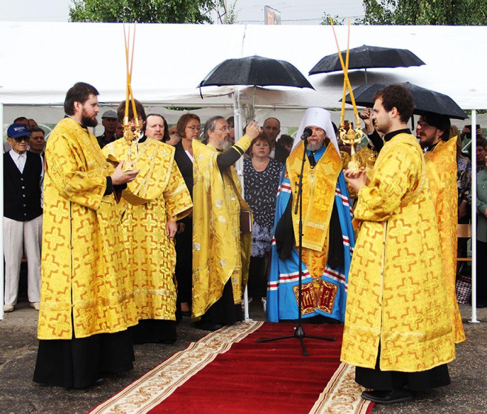 Начавшийся дождь молебну не воспрепятствовал