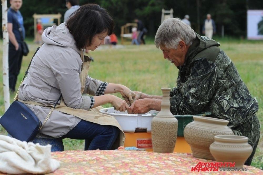 Кто-то впервые в жизни попробовал изготовить кувшин из глины.