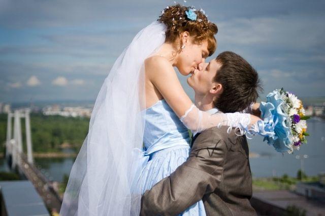 Рекордное количество пар захотели пожениться в красивую дату.