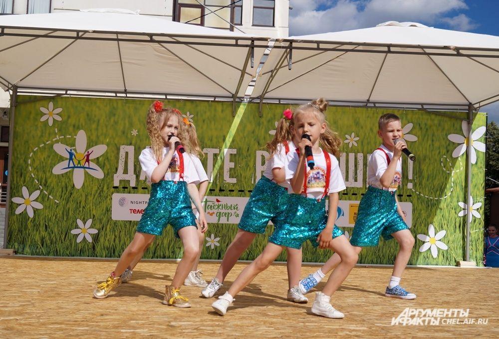 Для гостей праздника выступали вокальные коллективы.