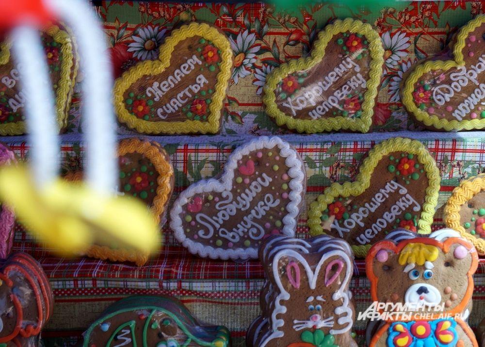 На ярмарке челябинцы могли купить съедобные пряничные сувениры.