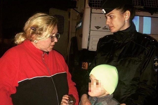 Сотрудники полиции нашли потерявшегося на празднике мальчика и передали его родителям. Пока ребёнок вместе с полицейскими ждал маму, он зря времени не терял - изучил устройство служебного КАМАЗа и познакомился с сотрудниками патрульно-постовой службы.