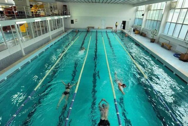 Плавание подходит для людей разного уровня физической подготовки.