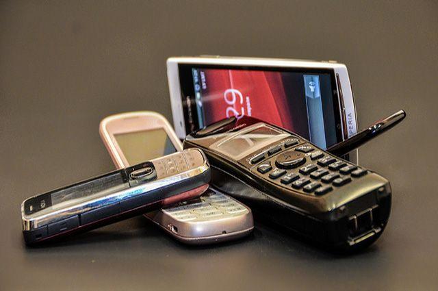 Телефоны и комплектующие к ним прятались в тайниках.