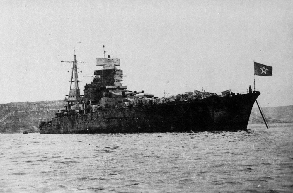 29  октября 1955 года в Черном море подорвался на мине советский линкор «Новороссийск», полученный в счет репараций от итальянского флота. Погибло 604 человека. По одной из версий, случившееся было диверсией итальянцев, не желавших видеть свой флагманский корабль в составе чужого флота.