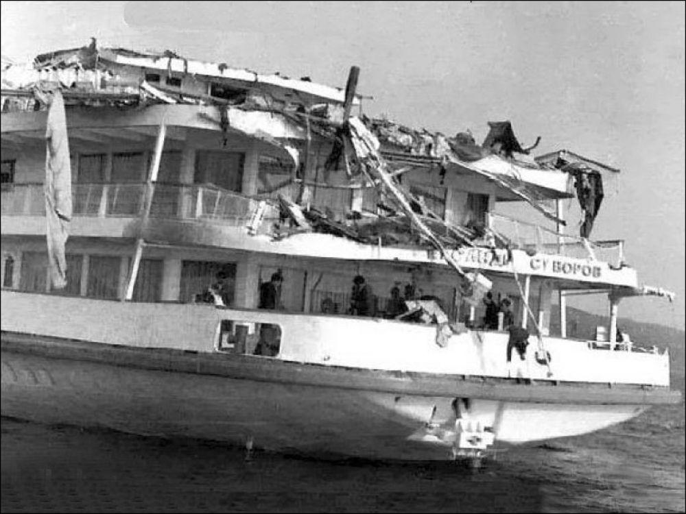 5 июня 1983 года, возле Ульяновска произошла крупнейшая речная катастрофа - теплоход «Александр Суворов» в темноте по ошибке врезался в Ульяновский мост (железнодорожный мост через Волгу). В результате у четырехпалубного корабля срезало верхнюю палубу. К несчастью, по мосту в это время шел грузовой поезд, часть составов которого от удара опрокинулась и груз (уголь, зерно и бревна) высыпался на теплоход. Погибли 176 человек. Примечательно, что теплоход, прошедший ремонт, до сих пор перевозит туристов.