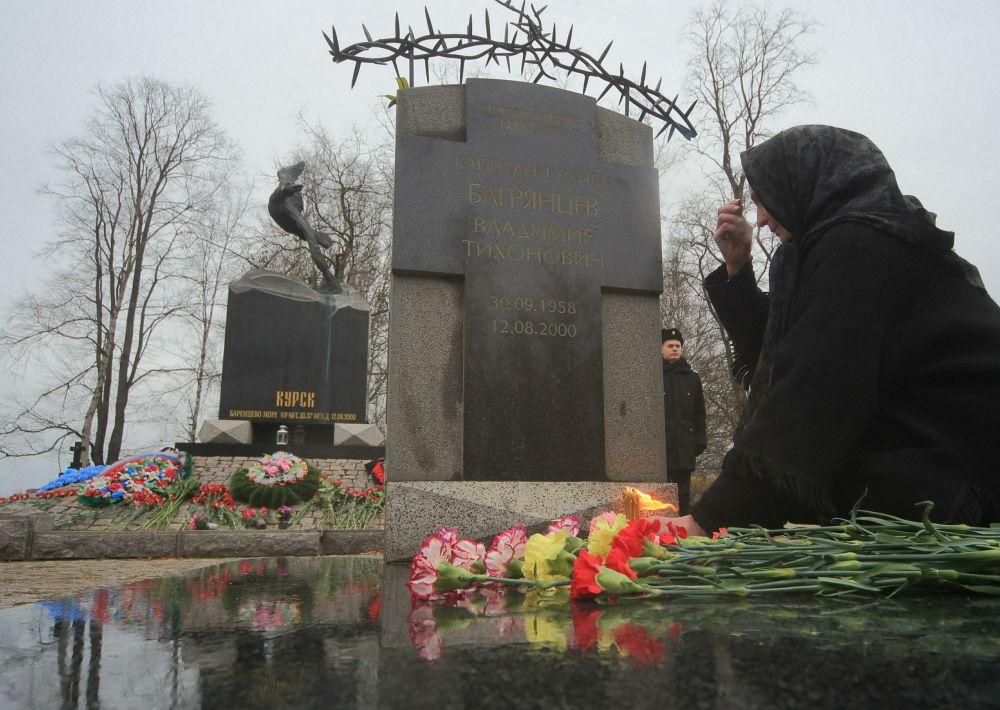 12 августа 2000 года во время учений в Баренцевом море затонул атомный подводный ракетоносный крейсер «Курск», входящего в состав Северного флота.  Все 118 членов экипажа, находившиеся на борту, погибли. По официальной версии – на подлодке взорвалась одна из торпед, что вызвало детонацию. В память о погибших был открыт мемориал.