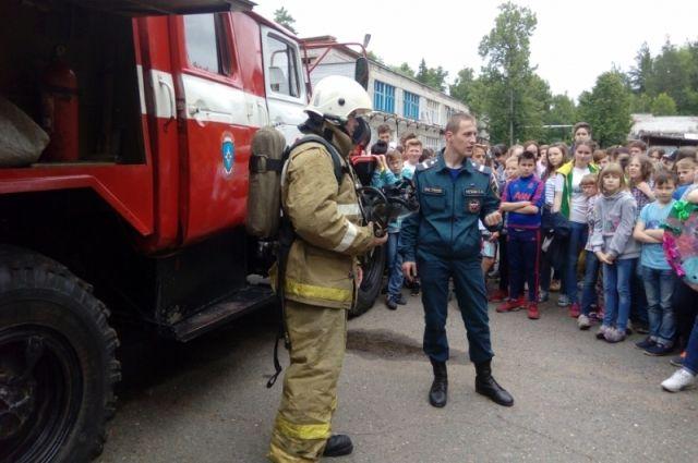 В любой лагерной смене дети с нетерпением ждут приезда пожарных.