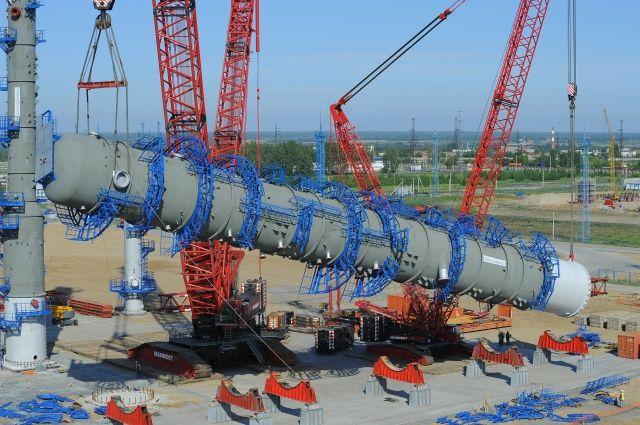 Для того чтобы поднять колонну, на завод привезли два огромных крана.