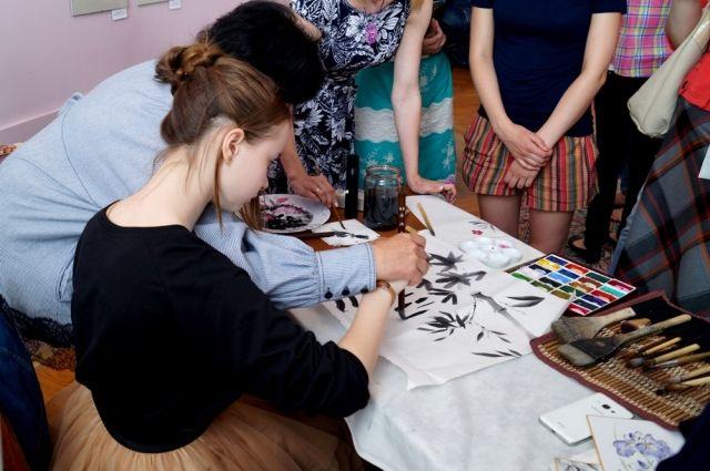 Гостей выставки учили азам традиционной японской живописи.