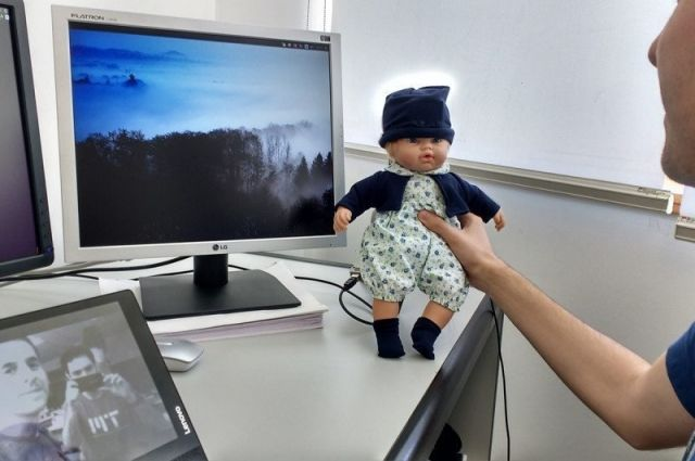 Кукла способна распознавать восемь эмоций, в том числе удивление и радость.