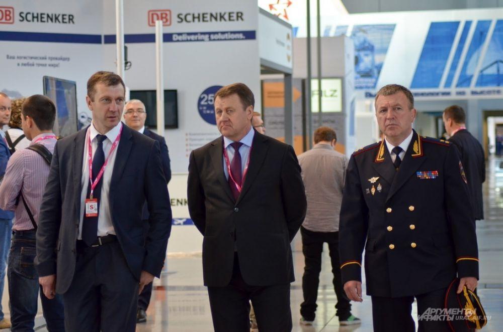 Глава свердловской полиции Михаил Бородин (справа), рядом руководитель УФСБ России по Свердловской области.