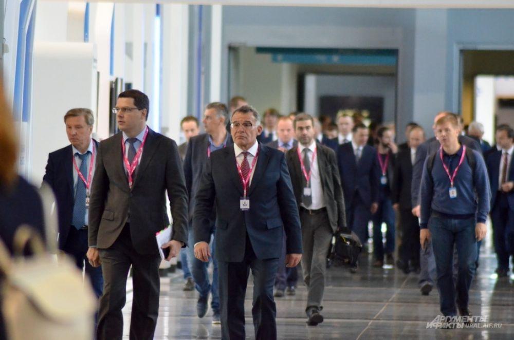Руководитель администрации губернатора Свердловской области Владимир Тунгусов возглавляет экскурсионную группу Владимира Путина.