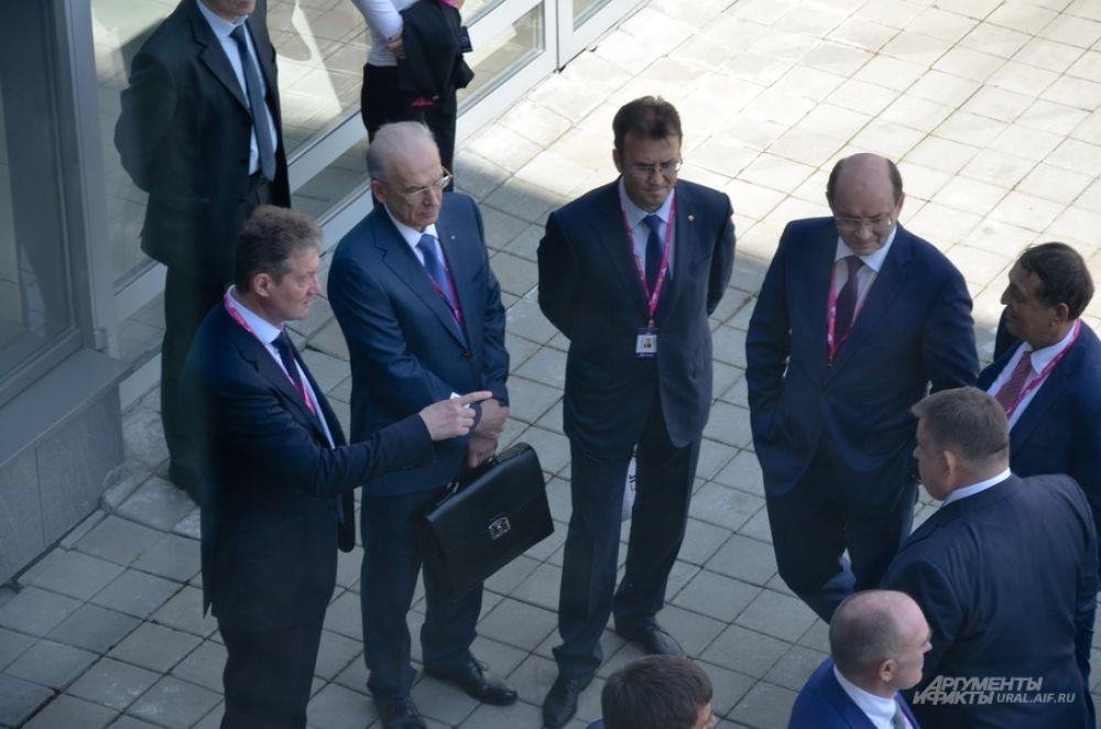 Гендиректор УГМК-холдинга Андрей Козицын вместе в бывшим губернатором Свердловской области в ожидании окончания визита Владимира Путина.