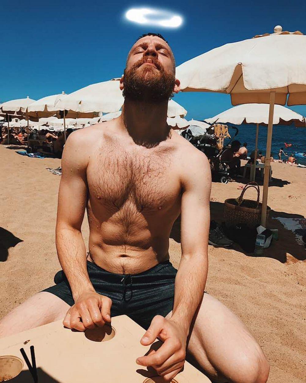 Иван Дорн на пляже показал кубики пресса