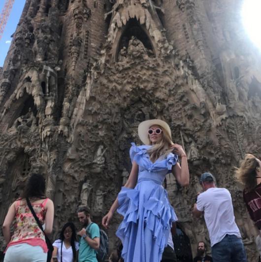 Оля Полякова проводит время в Испании и активно публикует фото своих летних образов