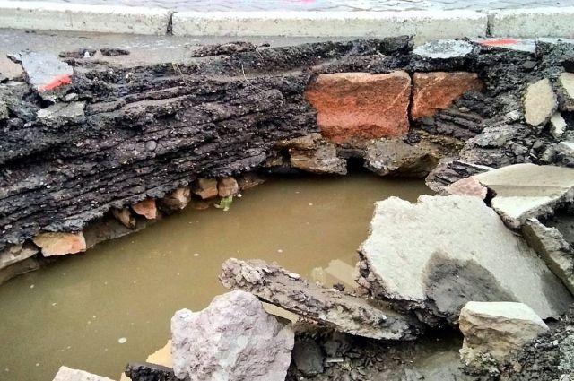Открывшиеся благодаря ремонту дорожного полотна камни могут быть остатками исторической вымостки 17 века.