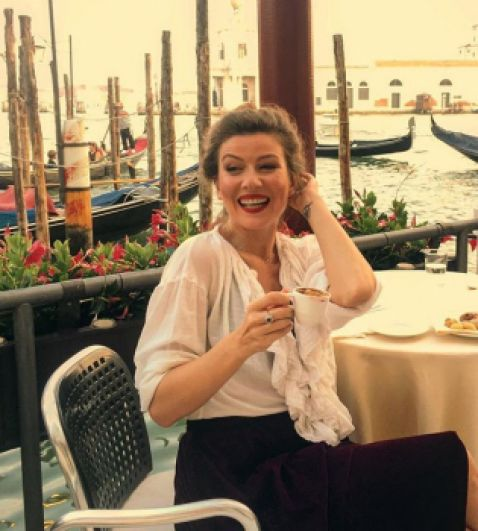 Сейчас ведущая отдыхает с семьей в Венеции, наслаждаясь неимоверными видами и крепким кофе по утрам