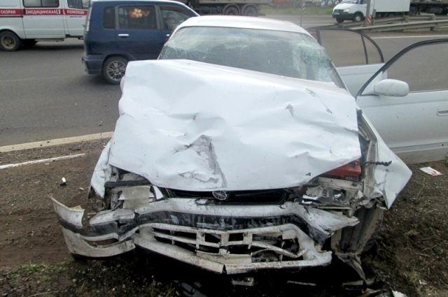 Один из автомобилей, поврежденных в ДТП.