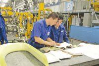 Все чаще рабочие трудятся на автоматизированном производстве.