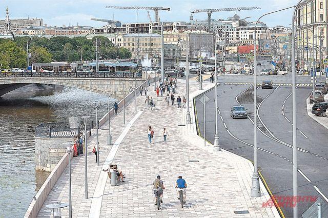 По широким тротуарам Якиманской набережной можно совершать прогулки и пешком, и на велосипеде.