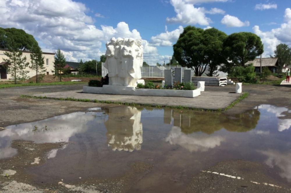В парке о паводке напоминают огромные лужи.