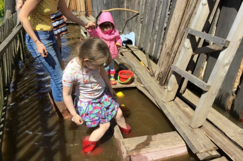 Теперь вместо песочницы в распоряжении детей мини-бассейн.