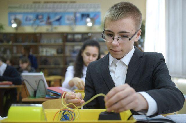 Ученик за партой на уроке по физики в московском лицее №1571.