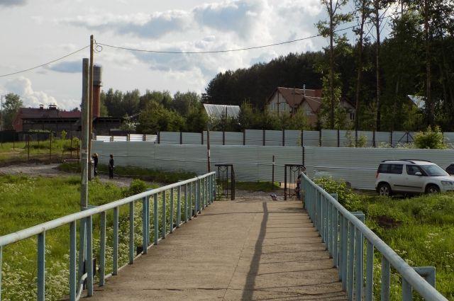 Забор, появившийся весной, перекрывает подъездные пути для санитарных и пожарных машин к жилым домам.