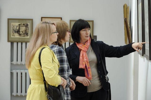 Надежда Устрицкая (крайняя справа) стала хранительницей исторического облика Краснодара, так как в свое время делала зарисовки тех старых домов в центре города, многие из которых сегодня снесли.