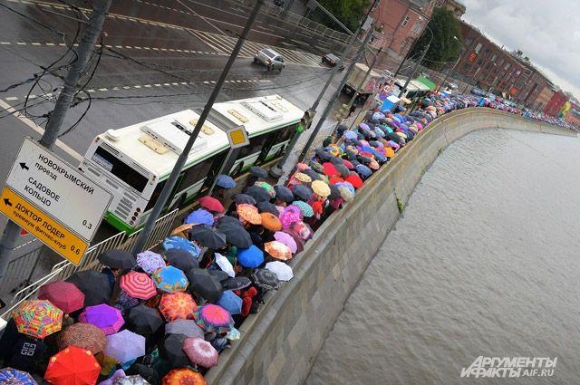 Проливной дождь верующим не помеха.