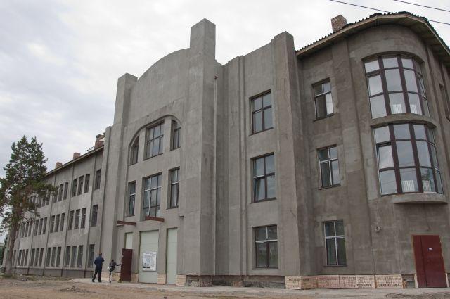 Пока фасад здания не очень похож на
