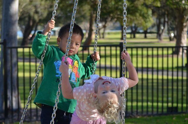 Играя во дворе дети часто забывают об осторожности
