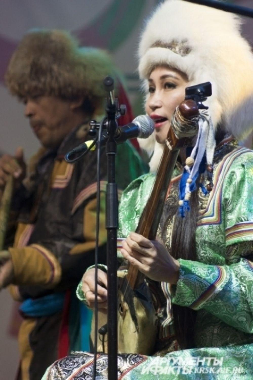 Гостей фестиваля впечатлило не только пение, но и шикарные костюмы этно-музыкантов.