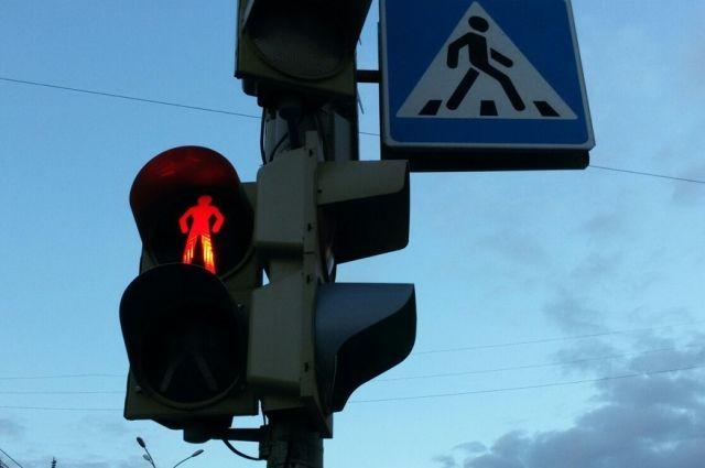 Светофор теперь лежит на земле.