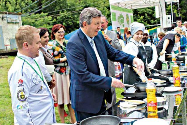 Мэр Курска Николай Овчаров показал класс у плиты.