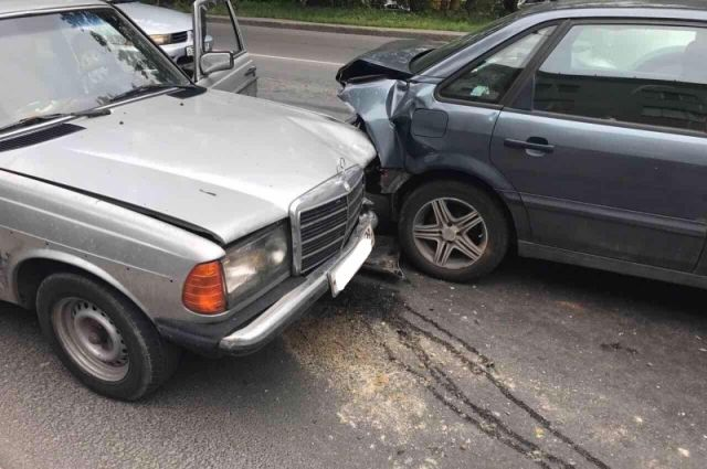 69-летний мужчина пострадал при столкновении четырех авто в Калининграде.