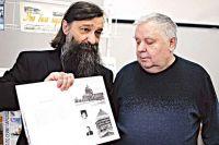 Олег Радин (на фото слева ) на презентации своей книги фотографий старого Курска.