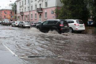 Из-за дождя по многим улицам было ни проехать ни пройти.