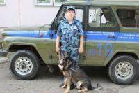 Служебный пес за свою работу получил благодарность от своего хозяина.